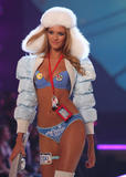 th_10353_fashiongallery_VSShow08_Show-438_122_203lo.jpg