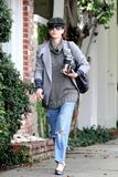 th_11381_Celebutopia-Kate_Walsh_with_ripped_jeans_in_Hollywood-21_122_211lo.JPG