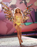 th_07398_fashiongallery_VSShow08_Show-147_122_72lo.jpg